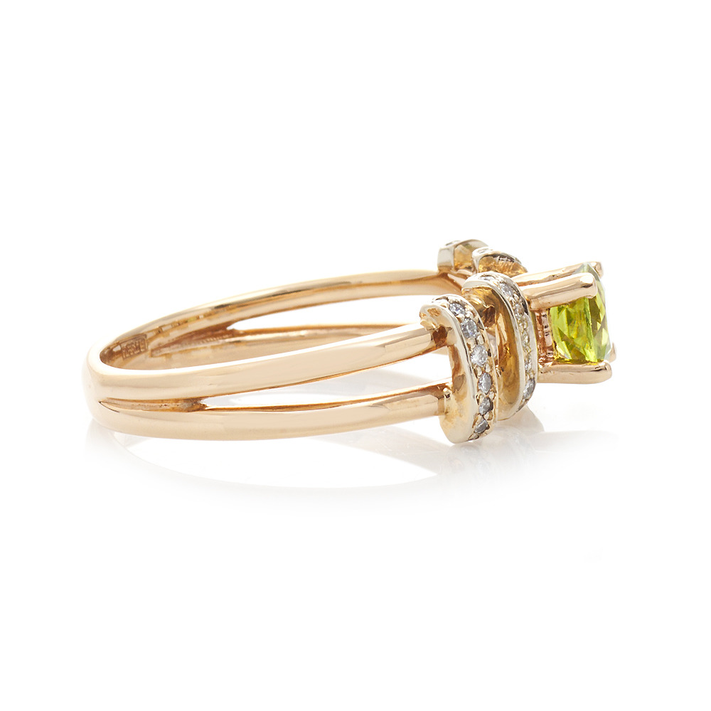 b70acd212f18 Золотое кольцо с хризолитом и бриллиантами Золотое кольцо с хризолитом и  бриллиантами